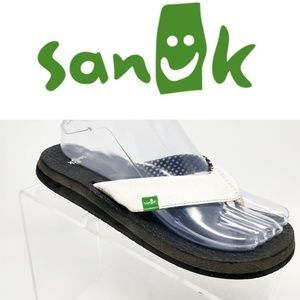 Sanuk Yoga Mat Sandals in a white and black bottom